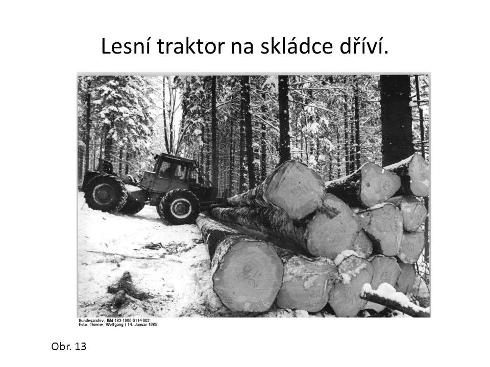 Lesní traktor na skládce dříví. Obr. 13