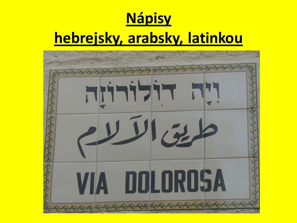 Nápisy hebrejsky, arabsky, latinkou