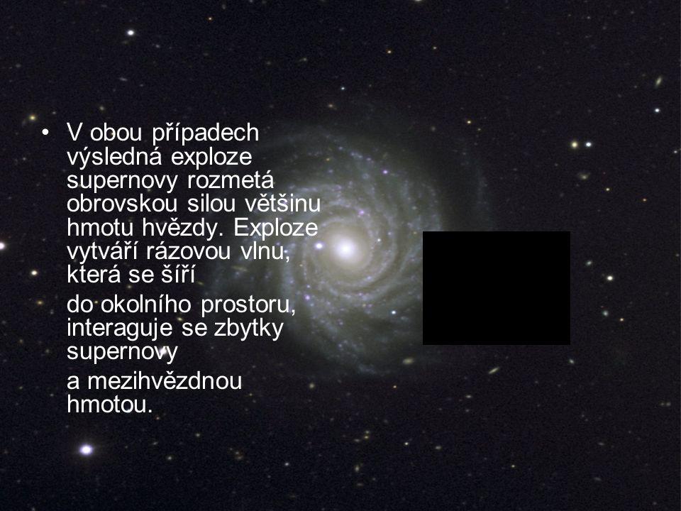 V obou případech výsledná exploze supernovy rozmetá obrovskou silou většinu hmotu hvězdy.