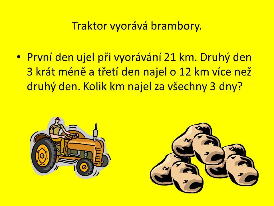 Traktor vyorává brambory. První den ujel při vyorávání 21 km.