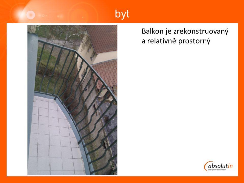byt Balkon je zrekonstruovaný a relativně prostorný