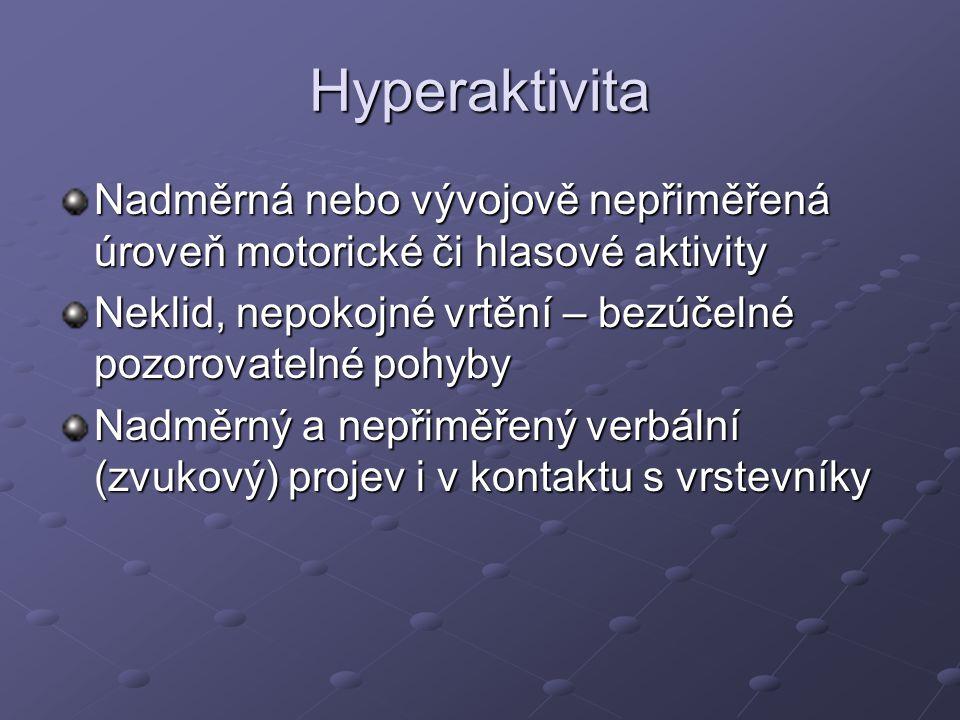 Hyperaktivita Nadměrná nebo vývojově nepřiměřená úroveň motorické či hlasové aktivity Neklid, nepokojné vrtění – bezúčelné pozorovatelné pohyby Nadměr