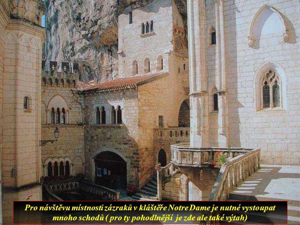 Středověké město postavené v několika výškových úrovních skalnatého srázu je jedním z nejznámějších poutních středisek.