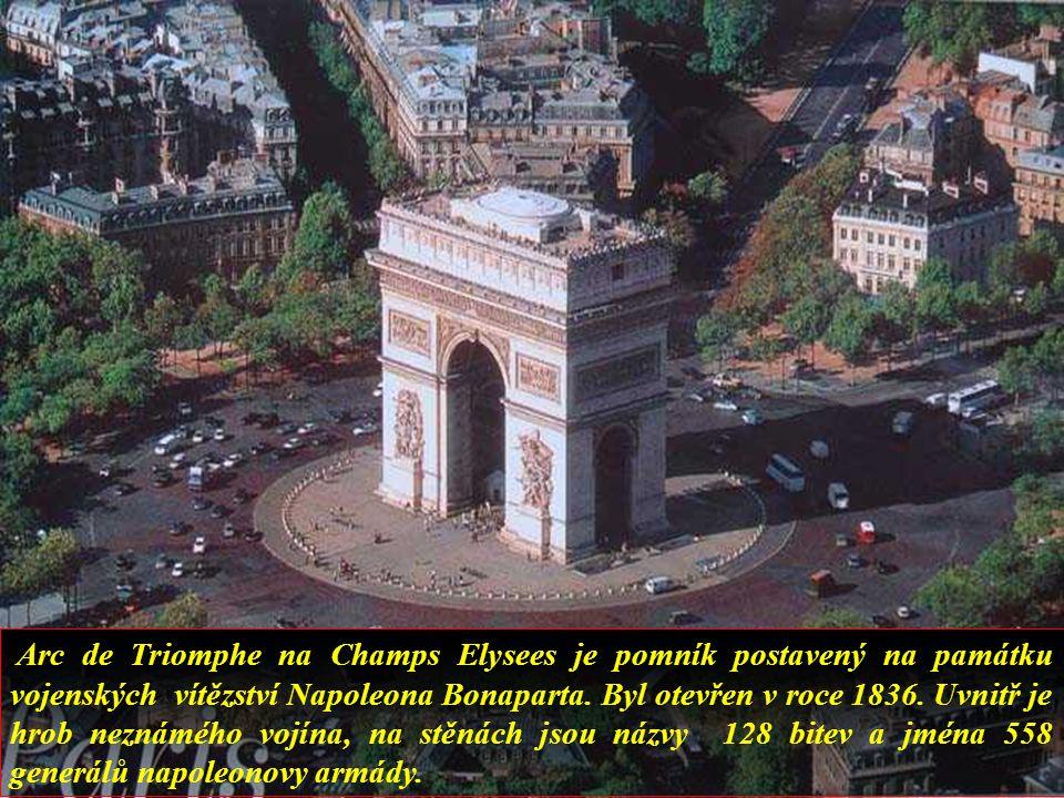 Arc de Triomphe na Champs Elysees je pomník postavený na památku vojenských vítězství Napoleona Bonaparta.