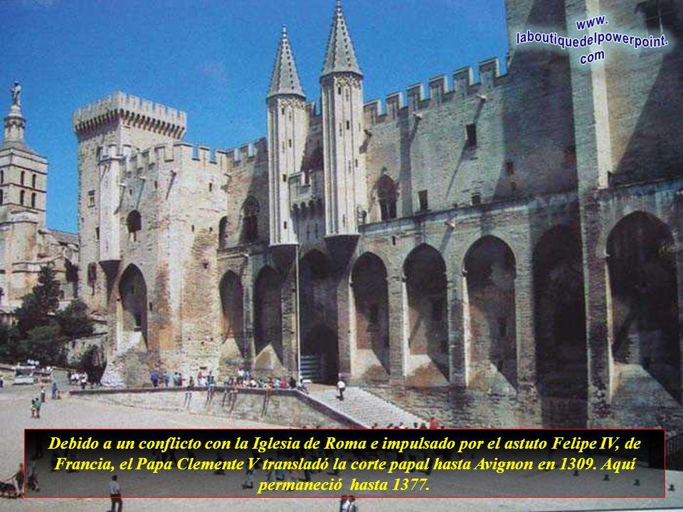 Nejznámější stavbou je papežský palác z doby, kdy Avignon byl sídlem papežů.