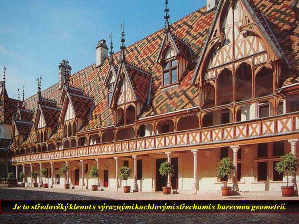 Další půvobné francouzské město. Uprostřed středověký hospic.