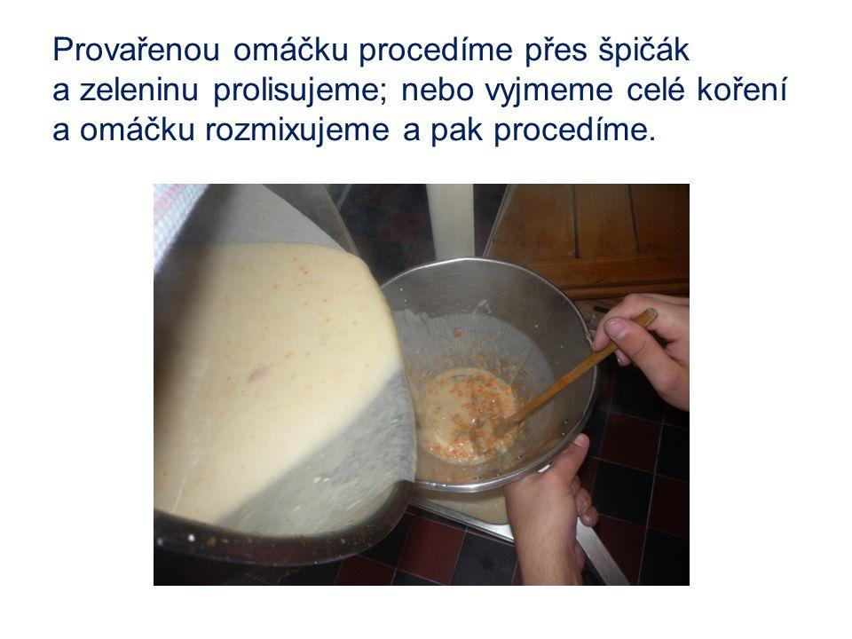 Provařenou omáčku procedíme přes špičák a zeleninu prolisujeme; nebo vyjmeme celé koření a omáčku rozmixujeme a pak procedíme.