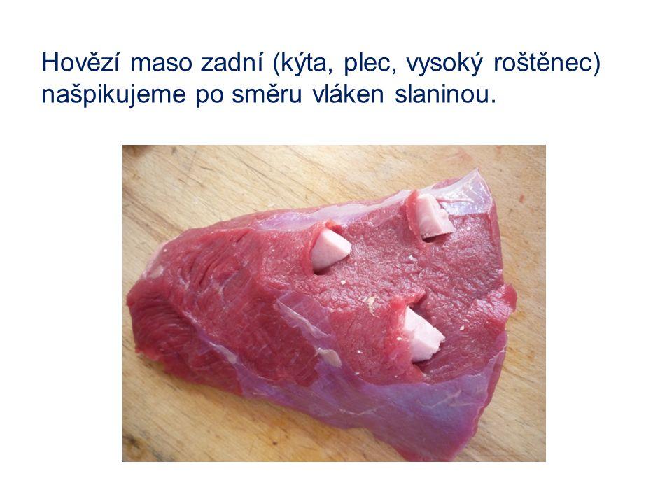 Hovězí maso zadní (kýta, plec, vysoký roštěnec) našpikujeme po směru vláken slaninou.