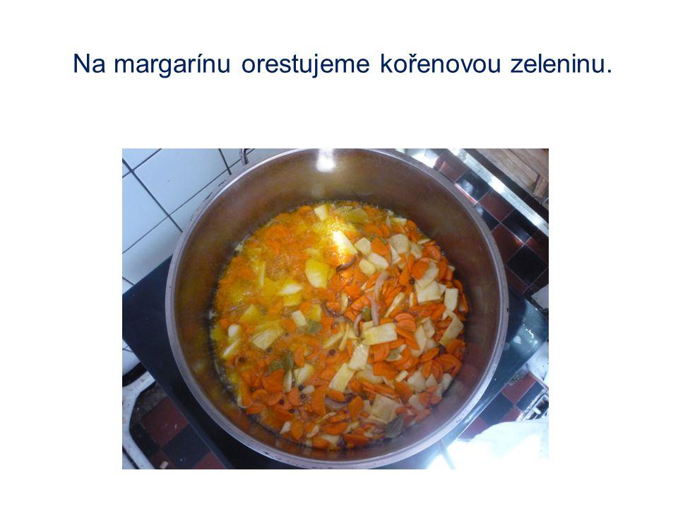 Na margarínu orestujeme kořenovou zeleninu.