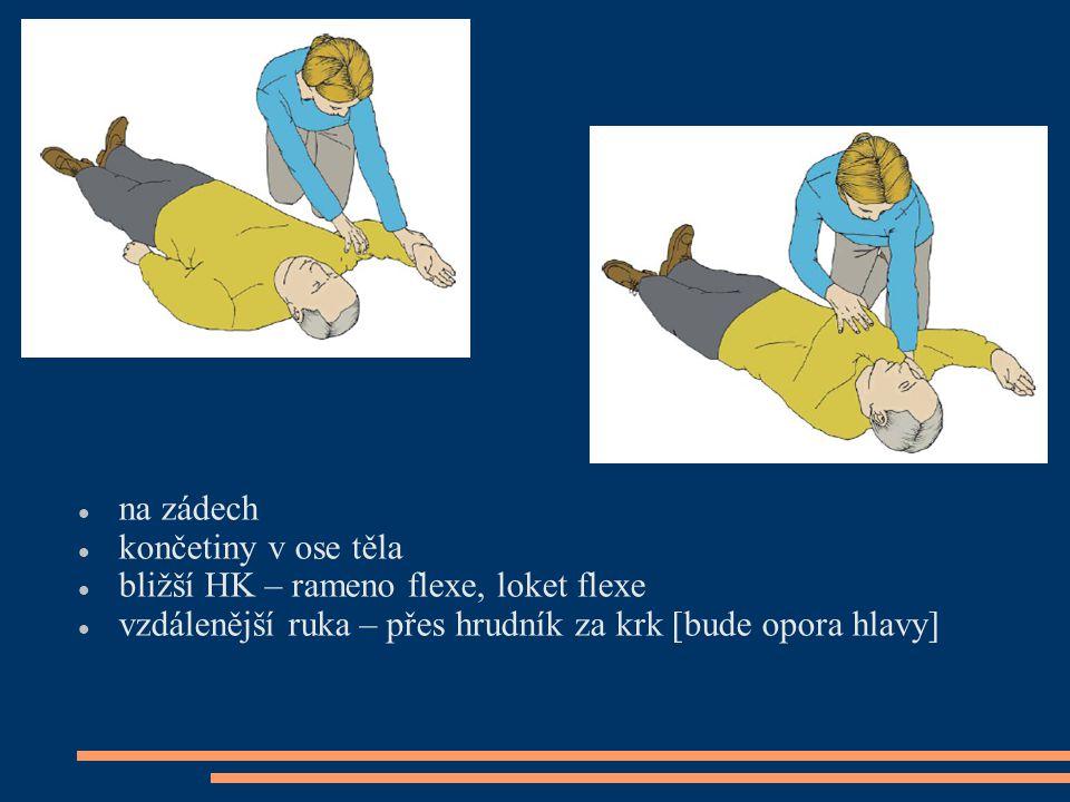 na zádech končetiny v ose těla bližší HK – rameno flexe, loket flexe vzdálenější ruka – přes hrudník za krk [bude opora hlavy]