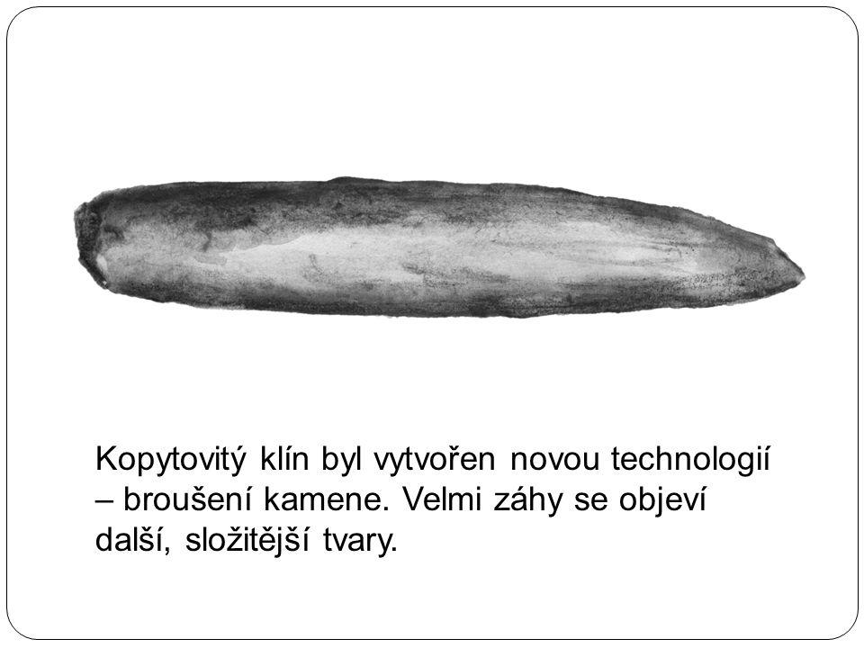 Kopytovitý klín byl vytvořen novou technologií – broušení kamene. Velmi záhy se objeví další, složitější tvary.