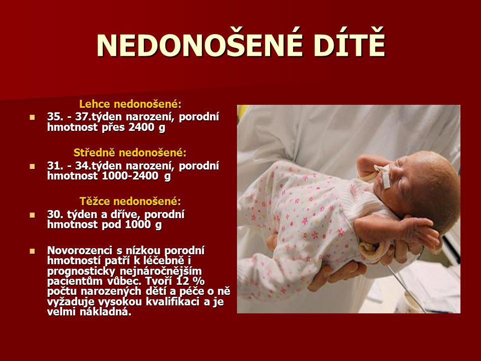NEDONOŠENÉ DÍTĚ Lehce nedonošené: 35. - 37.týden narození, porodní hmotnost přes 2400 g 35. - 37.týden narození, porodní hmotnost přes 2400 g Středně
