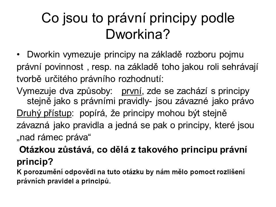 """Rozdíl mezi pravidly a principy podle Dworkina: Dworkin konstatuje, že tento plyne z logiky věci: Jako první rozdíl spatřuje v tom, že pravidla se uplatňují na konkrétní případ způsobem """"všechno nebo nic (tzn."""