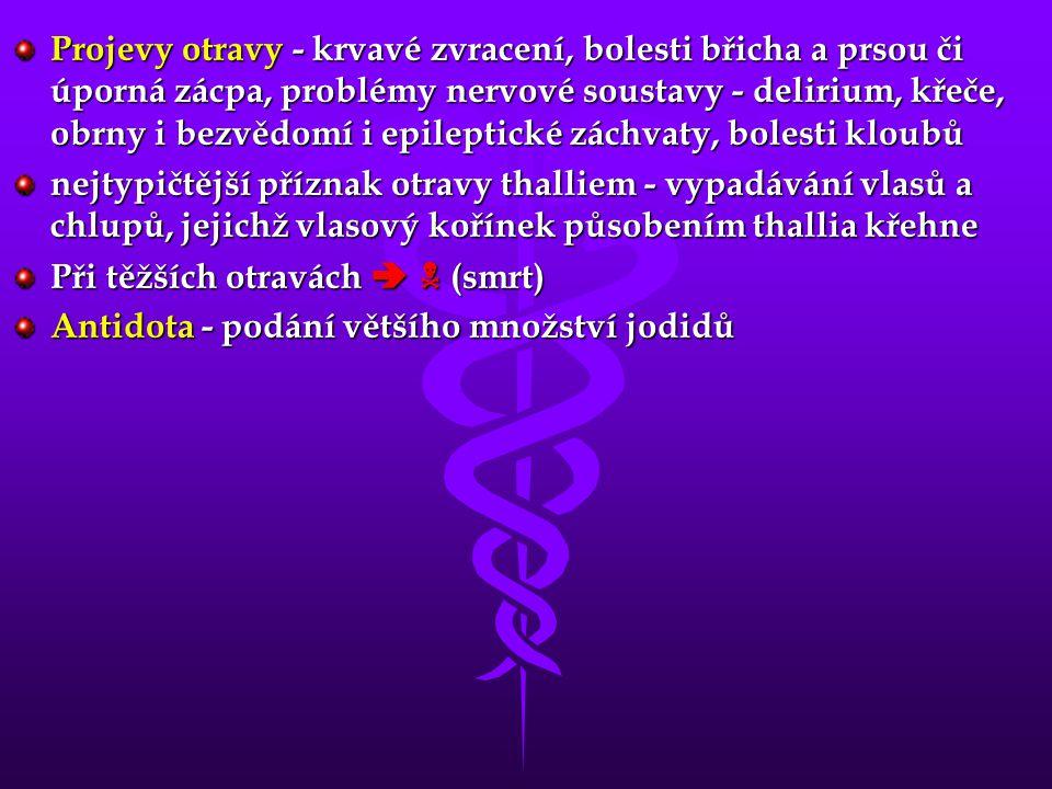 Projevy otravy - krvavé zvracení, bolesti břicha a prsou či úporná zácpa, problémy nervové soustavy - delirium, křeče, obrny i bezvědomí i epileptické