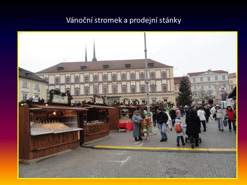 ZELNÝ TRH- v pozadí je Moravské zemské muzeum a věže Katedrály Petrova