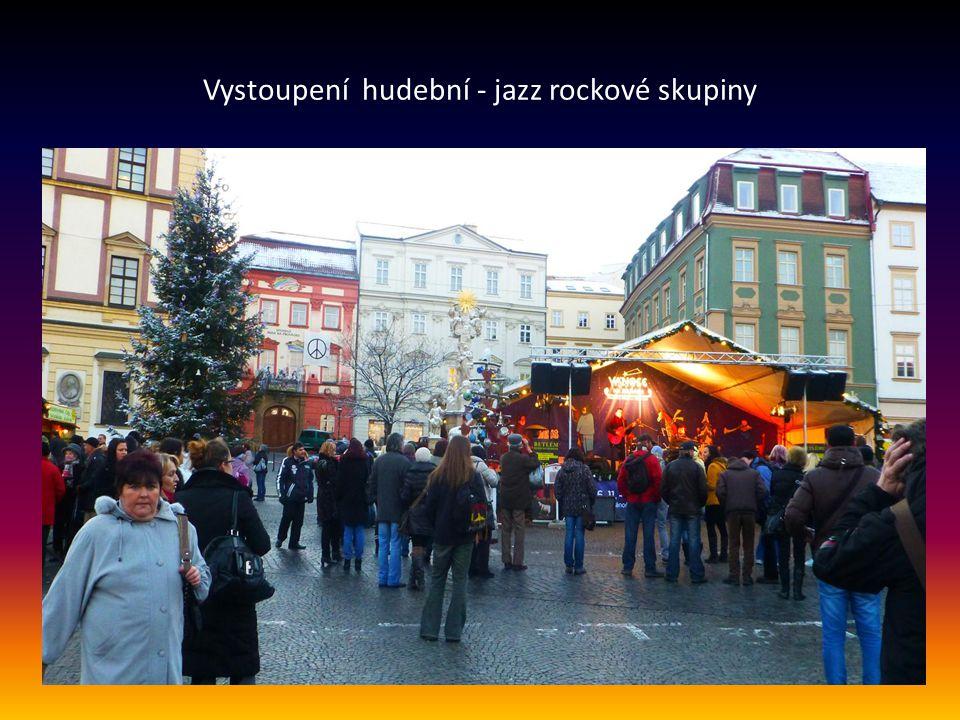 Vánoční stromek a prodejní stánky