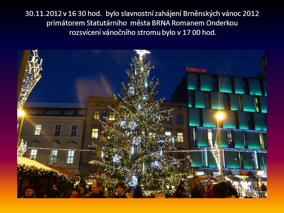 Vánoční strom se sbírkou Červeného kříže na náměstí Svobody