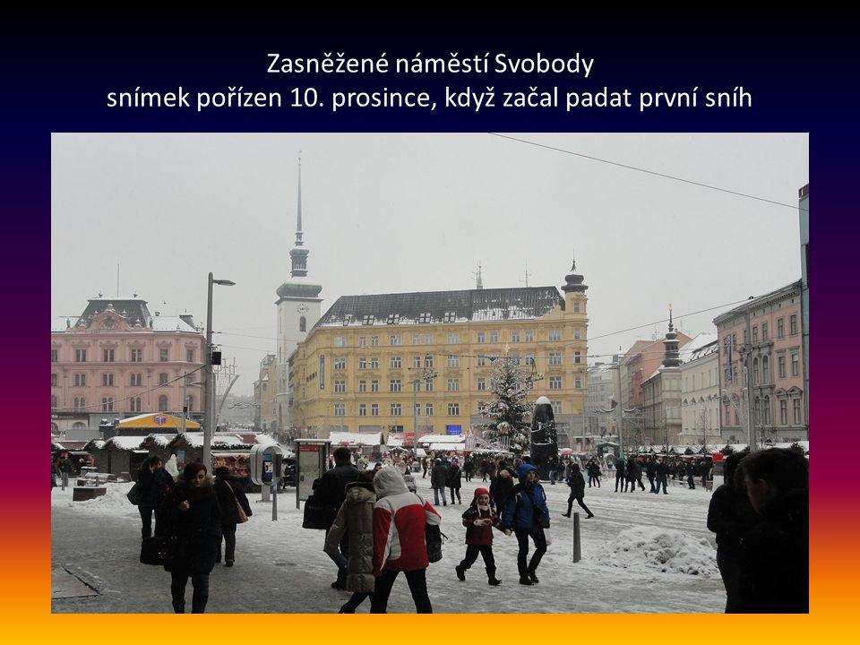 Pohled z nám. Svobody na osvětlenou ulici Masarykovu