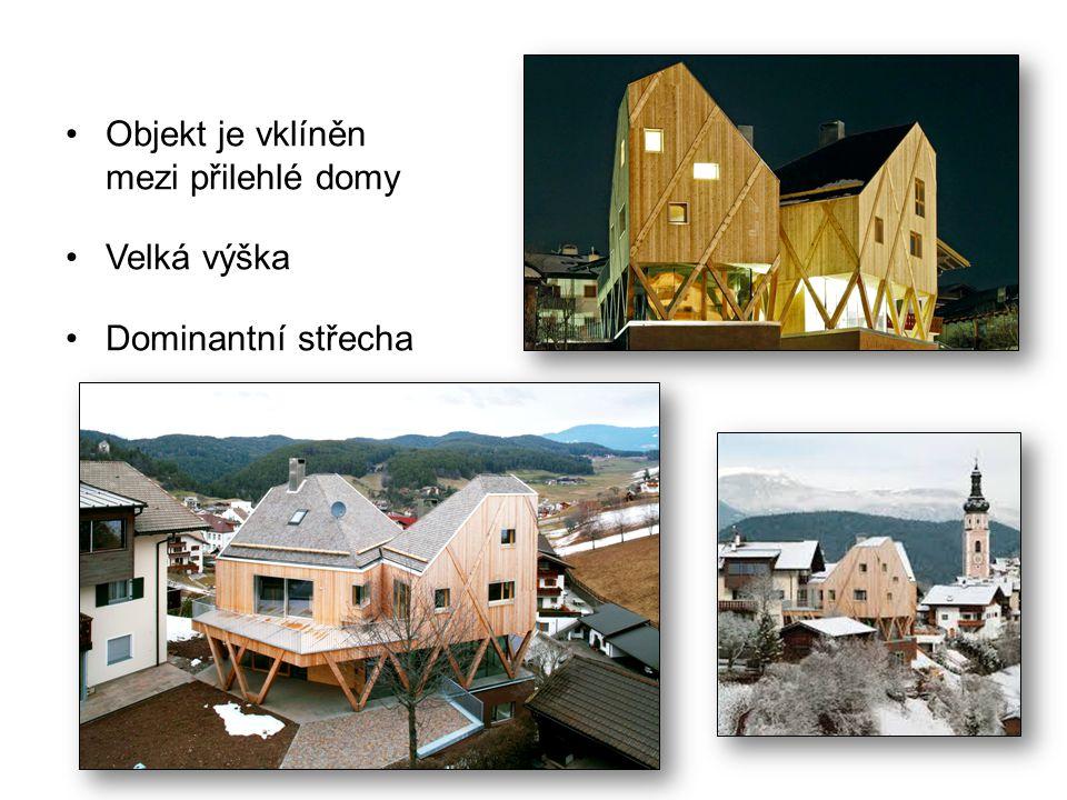 Objekt je vklíněn mezi přilehlé domy Velká výška Dominantní střecha