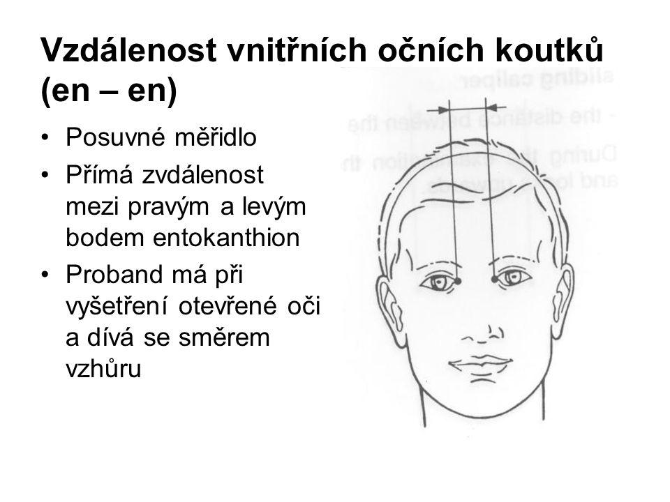 Vzdálenost vnitřních očních koutků (en – en) Posuvné měřidlo Přímá zvdálenost mezi pravým a levým bodem entokanthion Proband má při vyšetření otevřené oči a dívá se směrem vzhůru