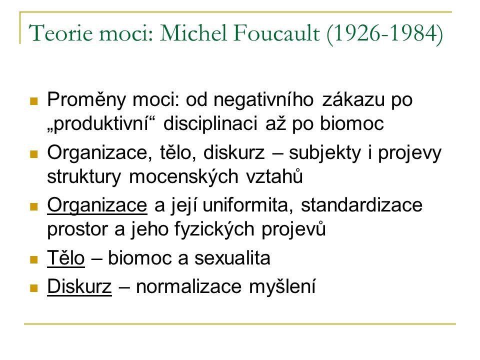 """Teorie moci: Michel Foucault (1926-1984) Proměny moci: od negativního zákazu po """"produktivní disciplinaci až po biomoc Organizace, tělo, diskurz – subjekty i projevy struktury mocenských vztahů Organizace a její uniformita, standardizace prostor a jeho fyzických projevů Tělo – biomoc a sexualita Diskurz – normalizace myšlení"""