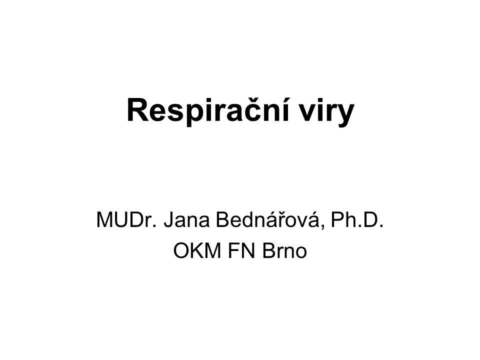 RS virus Patogenita: nachlazení postižení horních cest dýchacích, otitida; bronchiolitida, intersticiální pneumonie významný patogen DCD v prvním půl roce života Terapie: symptomatická, IVIG Epidemiologie: přenos kapénkovou infekcí, kontaminovanýma rukama, reinfekce běžné Laboratorní průkaz: rychlá metoda kultivace shell vial assay, průkaz Ag imunofluorescencí nebo metodou ELISA, PCR, průkaz protilátek metodou ELISA, KFR