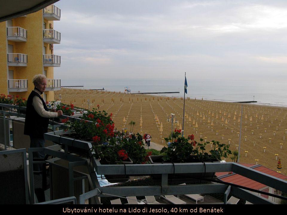 Výhled ze střechy parkoviště v Benátkách na lodě (větší je MSC Musica pro 2550 pasažérů)