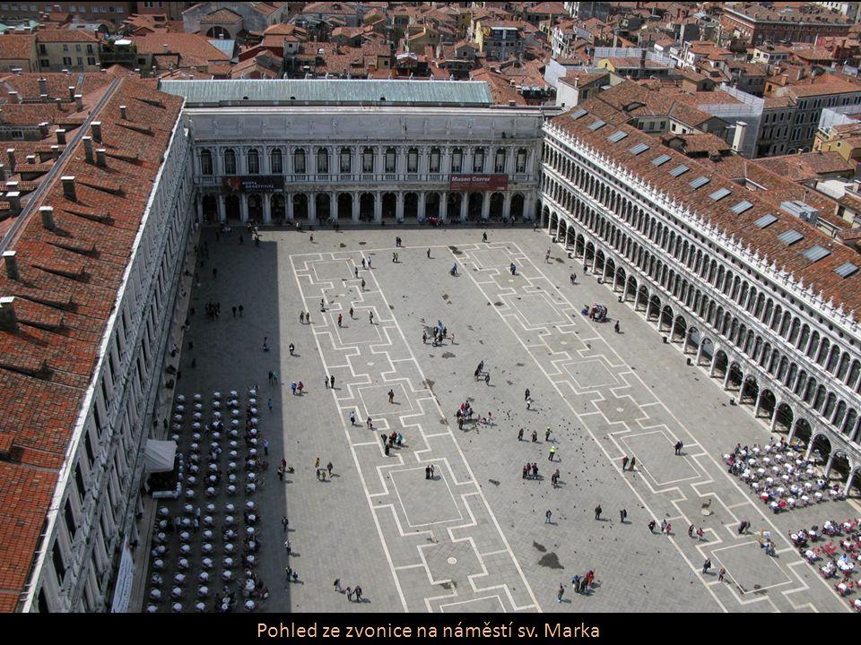 Pohled ze zvonice na náměstí sv. Marka