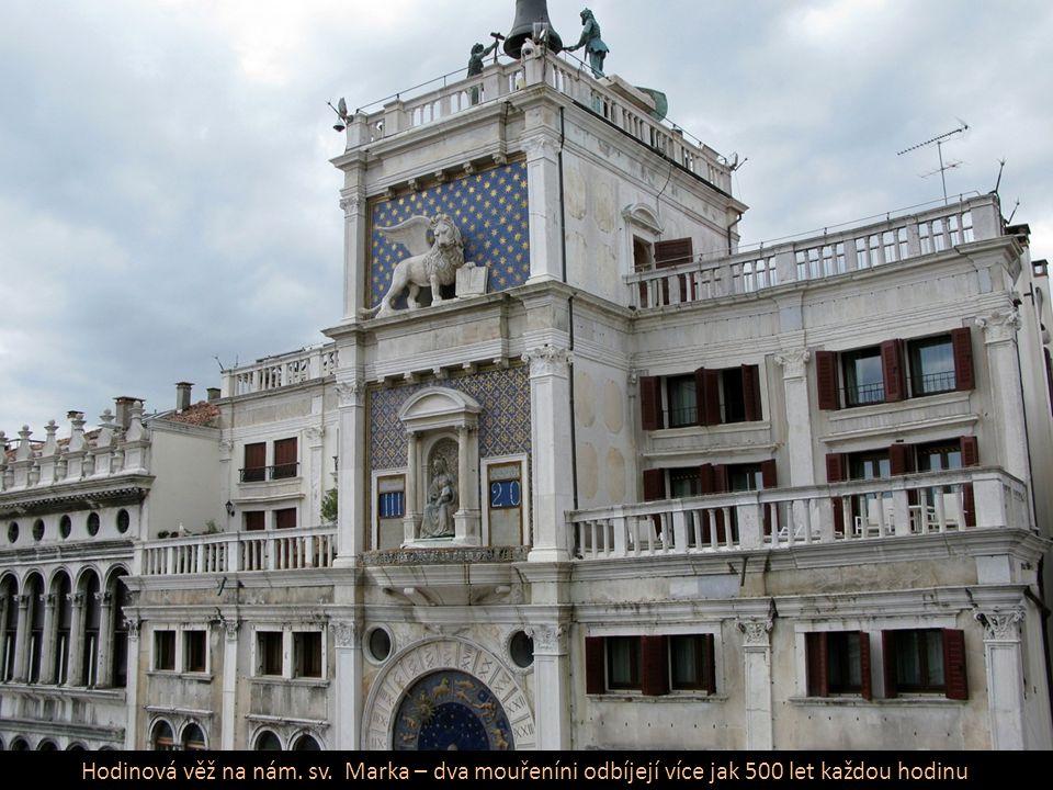 Katedrála sv. Marka – nad průčelím čtyřspřeží bronz. koní vysokých 1,6 m pův. z Istanbulu