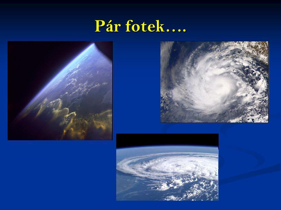 Vrstvy atmosféry Teplota a slo ž ení zemské atmosféry se liší podle nadmo ř ské výšky, konkrétní úm ě ra mezi výškou a teplotou se však rovn ěž m ě ní s výškou.