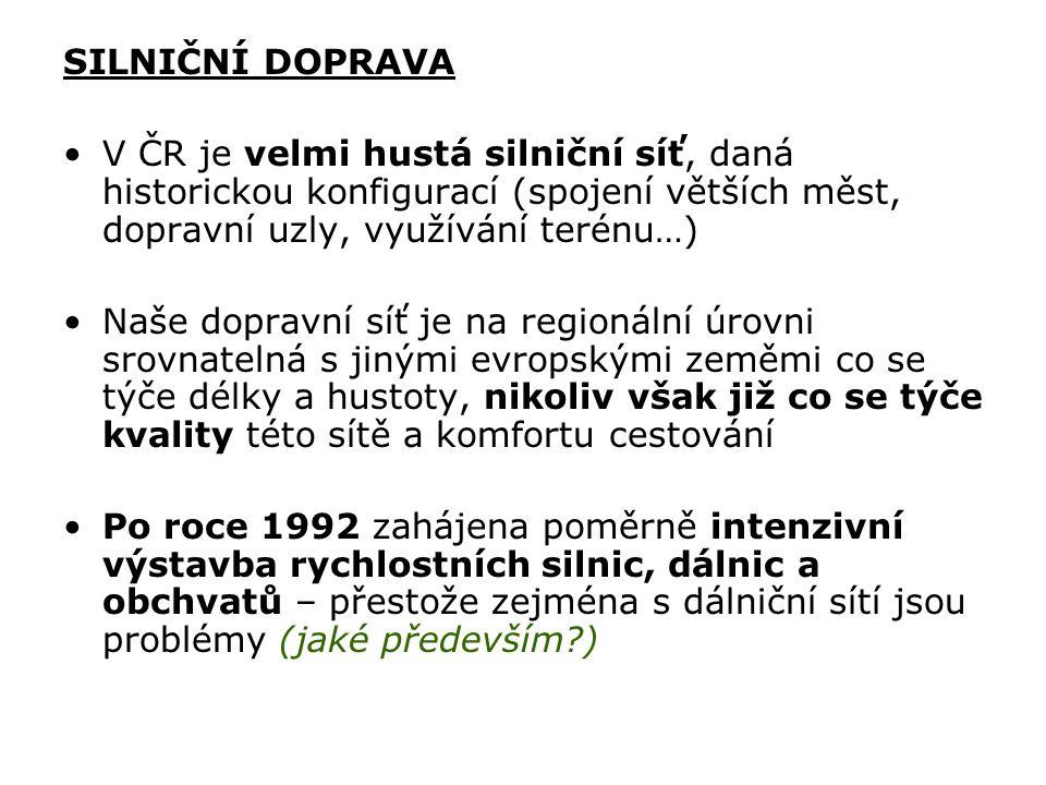 SILNIČNÍ DOPRAVA V ČR je velmi hustá silniční síť, daná historickou konfigurací (spojení větších měst, dopravní uzly, využívání terénu…) Naše dopravní síť je na regionální úrovni srovnatelná s jinými evropskými zeměmi co se týče délky a hustoty, nikoliv však již co se týče kvality této sítě a komfortu cestování Po roce 1992 zahájena poměrně intenzivní výstavba rychlostních silnic, dálnic a obchvatů – přestože zejména s dálniční sítí jsou problémy (jaké především?)