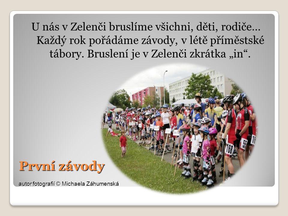 První závody autor fotografií © Michaela Záhumenská U nás v Zelenči bruslíme všichni, děti, rodiče… Každý rok pořádáme závody, v létě příměstské tábory.