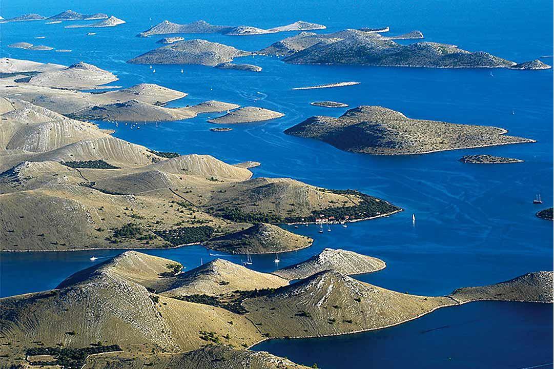 Národní park Kornatské ostrovy (220 km²), tvoří 89 ostrovů, ostrůvků a skal