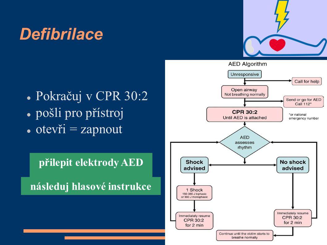 Defibrilace Pokračuj v CPR 30:2 pošli pro přístroj otevři = zapnout přilepit elektrody AED následuj hlasové instrukce