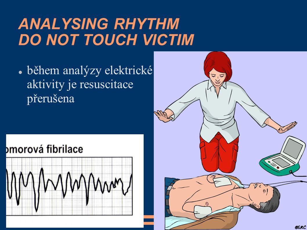 ANALYSING RHYTHM DO NOT TOUCH VICTIM během analýzy elektrické aktivity je resuscitace přerušena