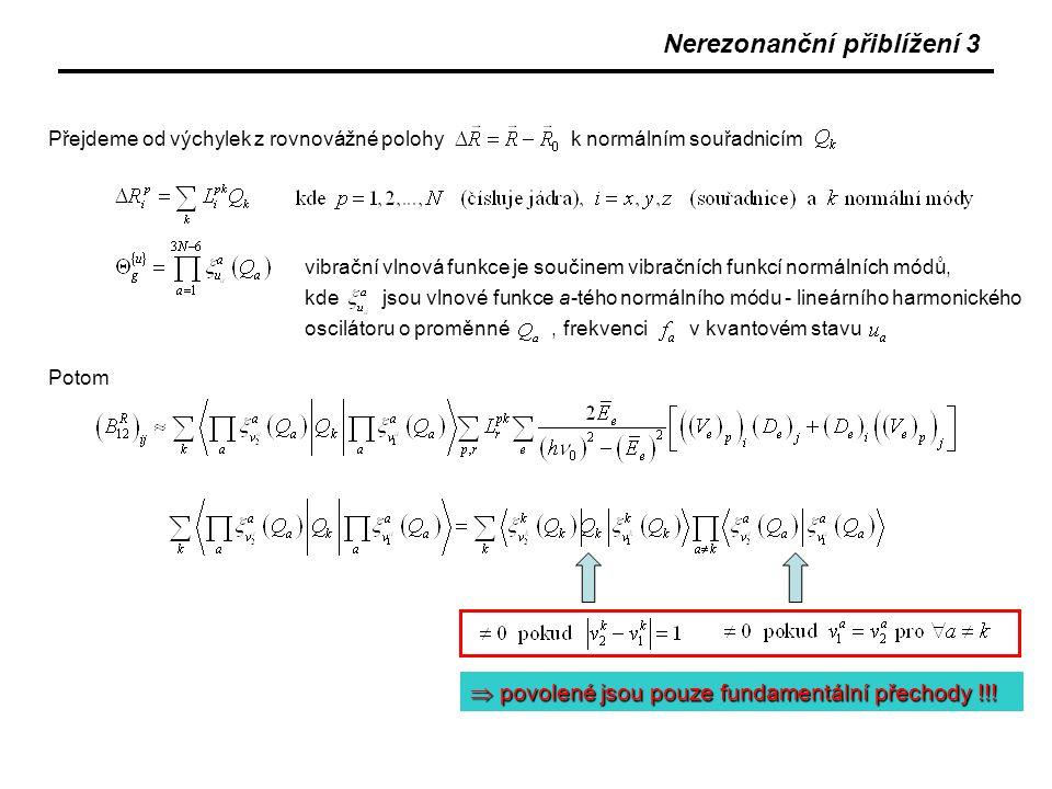 Nerezonanční přiblížení 4 Dále je zřejmé, že v nerezonančním přiblížení platí Poměr intenzit ve dvojici těchto přechodů je potom s uvážením Boltzmannovy statistiky obsazení stavů 1 a 2 Ramanův tenzor je v uvažovaném přiblížení symetrický Frekvence přechodu Stokes (E 2 >E 1 ) anti-Stokes (E 2 <E 1 )