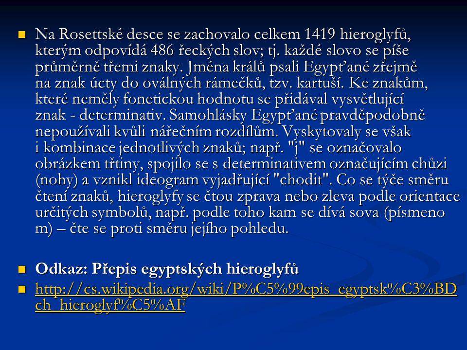  Na Rosettské desce se zachovalo celkem 1419 hieroglyfů, kterým odpovídá 486 řeckých slov; tj. každé slovo se píše průměrně třemi znaky. Jména králů