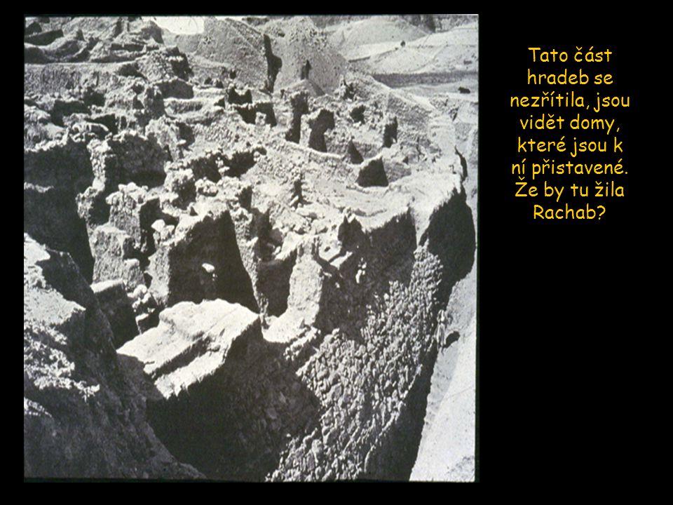 Tato část hradeb se nezřítila, jsou vidět domy, které jsou k ní přistavené. Že by tu žila Rachab?
