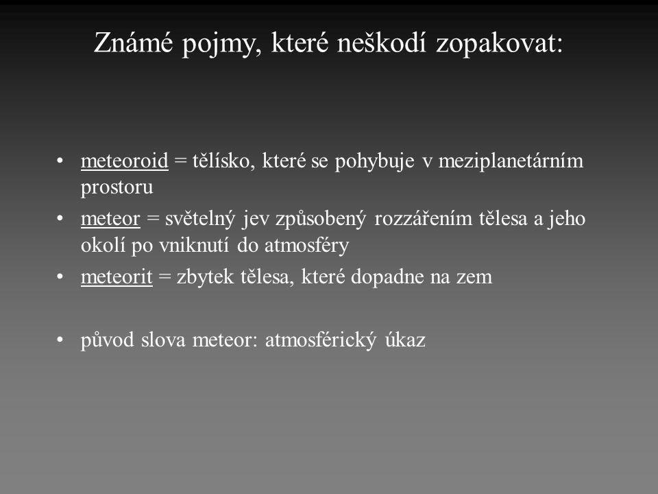 Pozorování meteorů •Pozorování meteorů celosvětově organizuje IMO - International Meteor Organization (www.imo.net) •Pomůcky pro pozorování meteorů: - Gnomonický atlas Brno 2000.0 (hlavní kružnice - dráhy meteorů - se v gnomonické projekci zobrazují jako přímky) - červené světlo - tužka - formuláře s připravenými kolonkami - tvrdá podložka - pravítko pro zakreslování - velký improvizovaný úhloměr (s dělením po 5°)