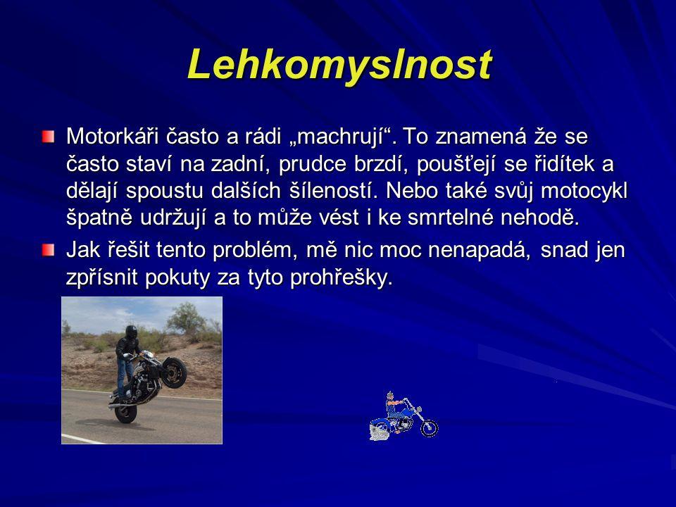 """Lehkomyslnost Motorkáři často a rádi """"machrují"""". To znamená že se často staví na zadní, prudce brzdí, poušťejí se řidítek a dělají spoustu dalších šíl"""