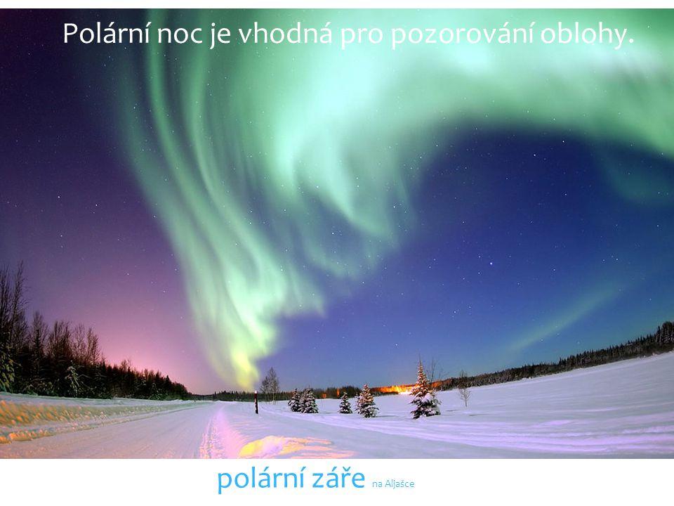 Polární noc je vhodná pro pozorování oblohy. polární záře na Aljašce