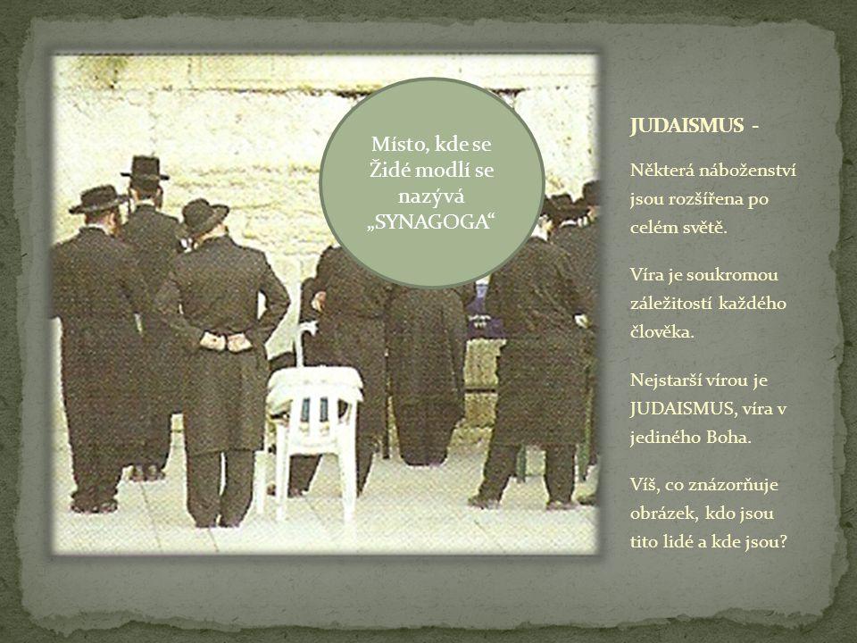 Svaté místo, kde Židé vkládají svá přání (motlitby) do štěrbinek ve zdi.