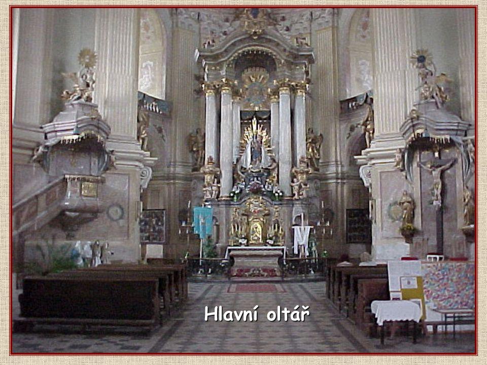 Křtiny mají důstojný barokní interiér.