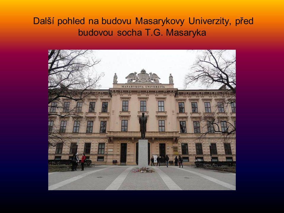 Další pohled na budovu Masarykovy Univerzity, před budovou socha T.G. Masaryka