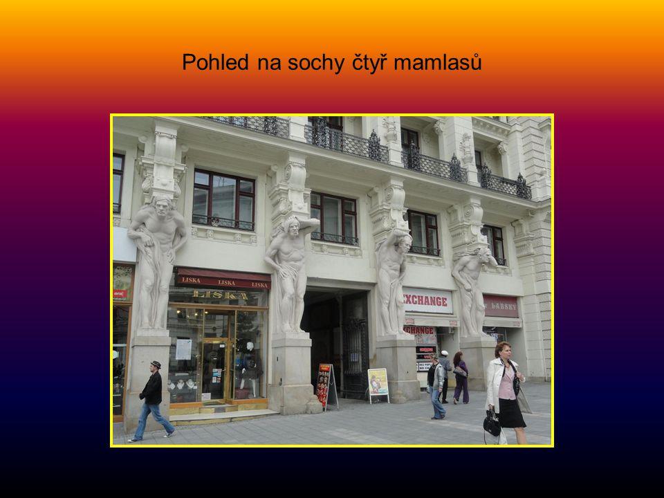 Dům U ČTYŘ MAMLASŮ na náměstí Svobody stavba z r. 1902, je to dílo A. Prastorfera a G. Wanderleye. O sochařskou výzdobu fasády se čtyřmi obry se zaslo