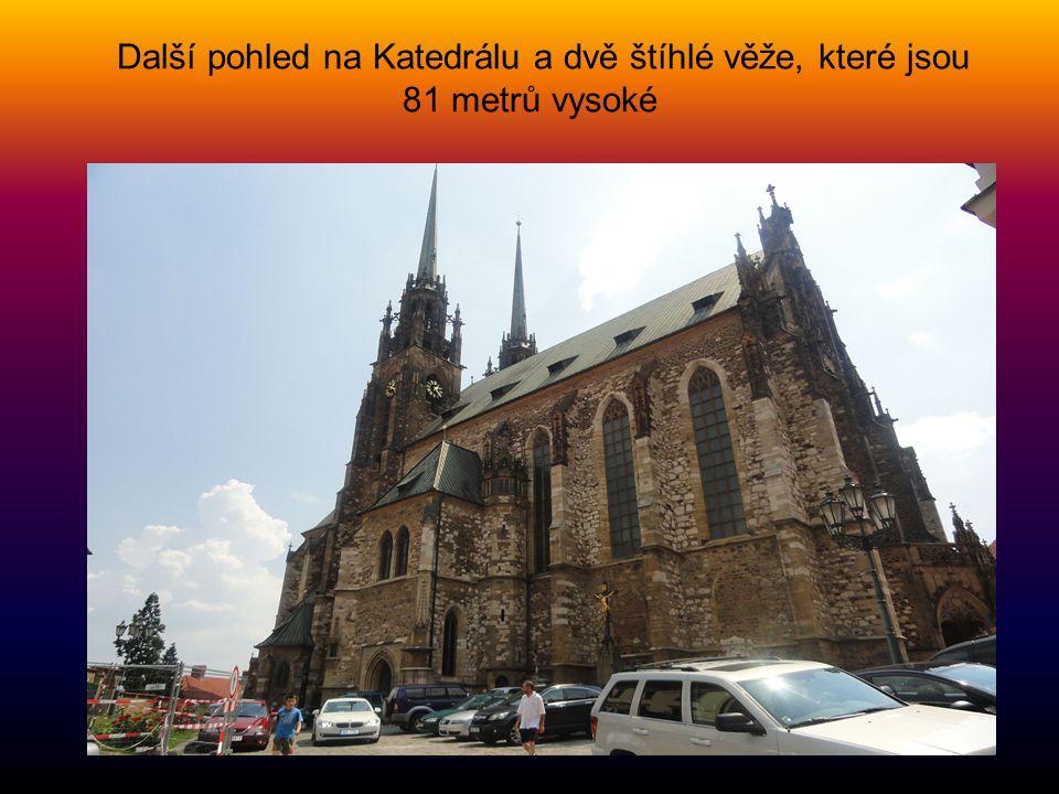 Další pohled na Katedrálu a dvě štíhlé věže, které jsou 81 metrů vysoké