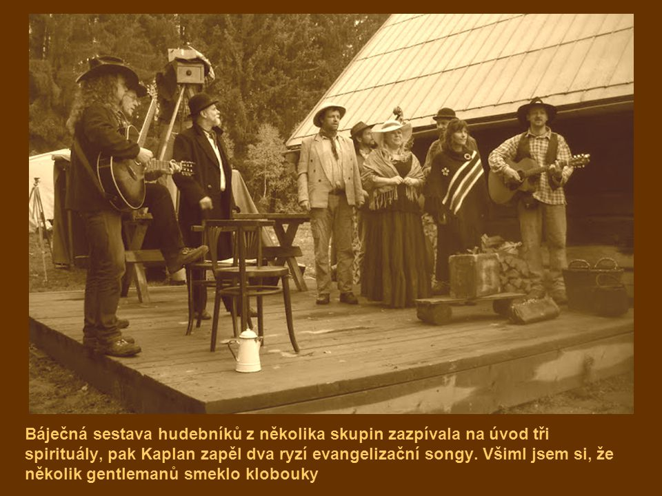 Báječná sestava hudebníků z několika skupin zazpívala na úvod tři spirituály, pak Kaplan zapěl dva ryzí evangelizační songy.