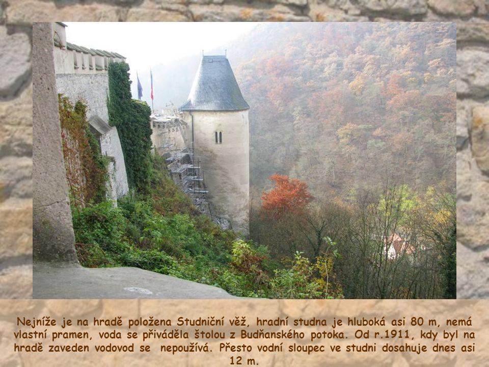 Nejníže je na hradě položena Studniční věž, hradní studna je hluboká asi 80 m, nemá vlastní pramen, voda se přiváděla štolou z Budňanského potoka.
