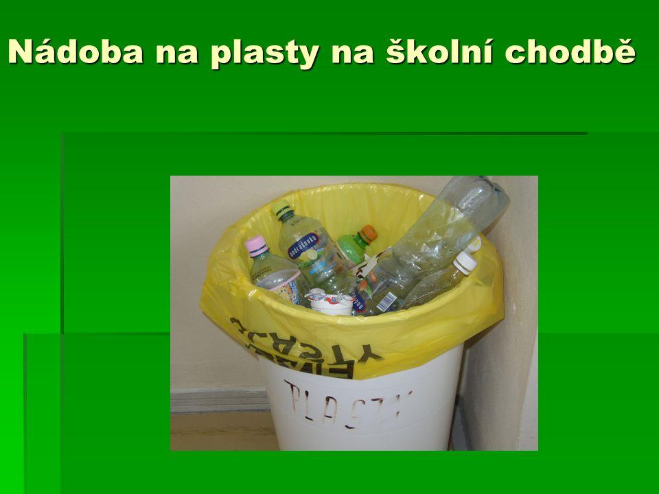 Nádoba na plasty na školní chodbě