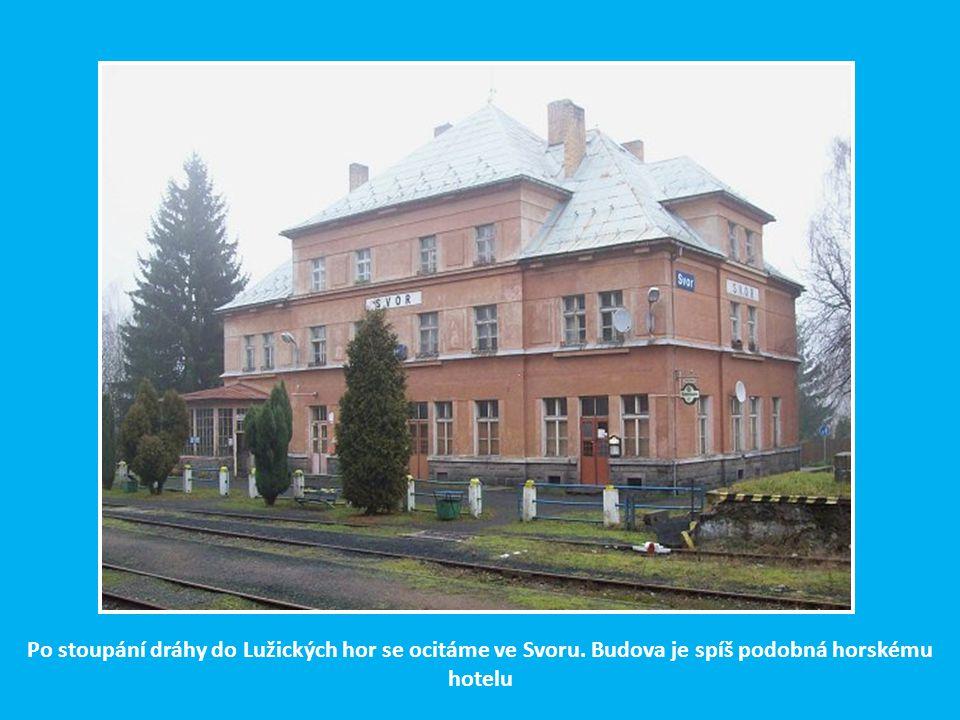 Opravená nádražní budova v Novém Boru, kdysi sklářském centru severních Čech